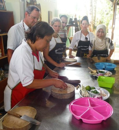 Krabi Thai Cookery School: Showing us the way to make good curie