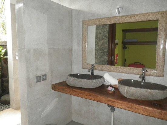 Amarta Beach Cottages: Casa de banho