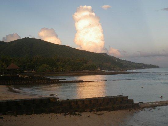 Amarta Beach Cottages: Praia na maré baixa