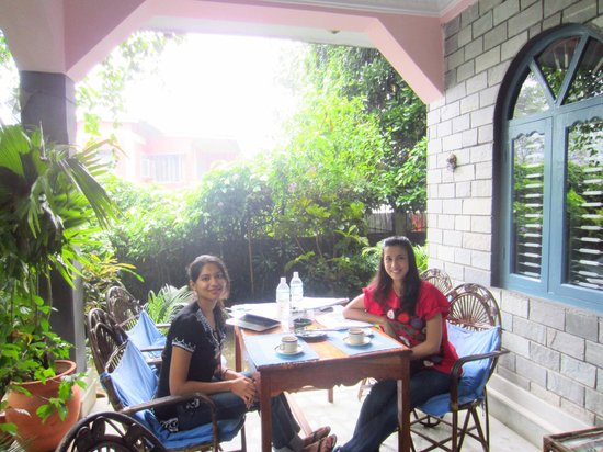 Sacred Valley Inn Pokhara: Breakfast on the patio