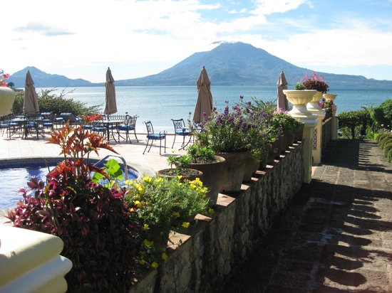 Hotel Atitlan: Lovely gardens, beautiful view