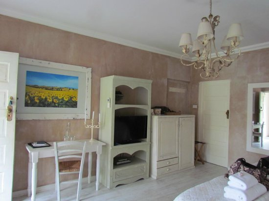 Petite Provence B&B: Tv and desk in room