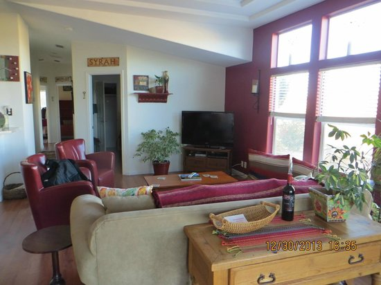 Wild Coyote Estate Winery Bed & Breakfast: Living room
