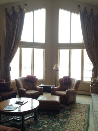 Arrowhead Village Condominiums: Living Room