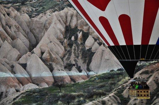 Cappadocia Ez Air Balloons: Rozando las rocas y tranquilo