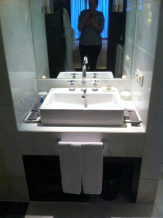 Lotte Hotel Seoul: Bathroom sink