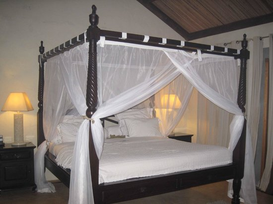 Lakaz Chamarel Exclusive Lodge: Our beautiful bed - so comfortable.