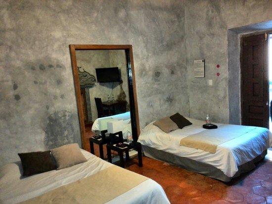 Hostal Punto 79: Habitación con camas matrimoniales.
