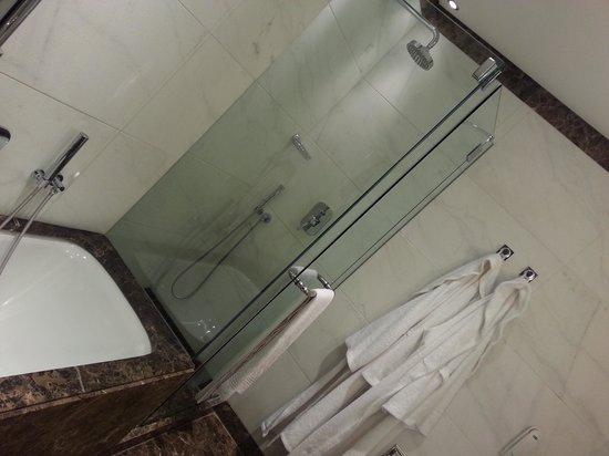 Melia Genova: il bagno, con vasca e doccia ed i morbidi accappatoi