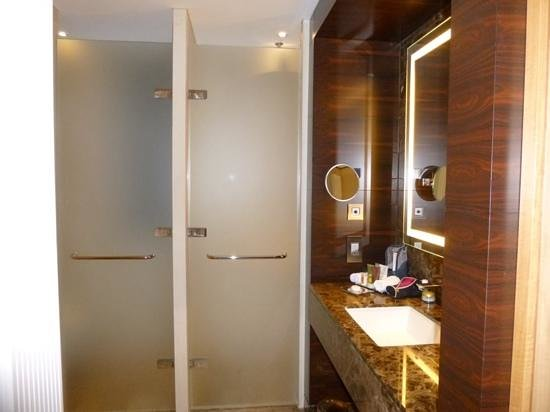 Conrad London St. James: Executive Room bathroom ( partial view)