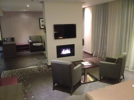 Holiday Inn Bristol City Centre : Sitting area with lounge area beyond.