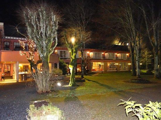 La Gaichel: L'hôtel et le restaurant depuis le parc, by night.