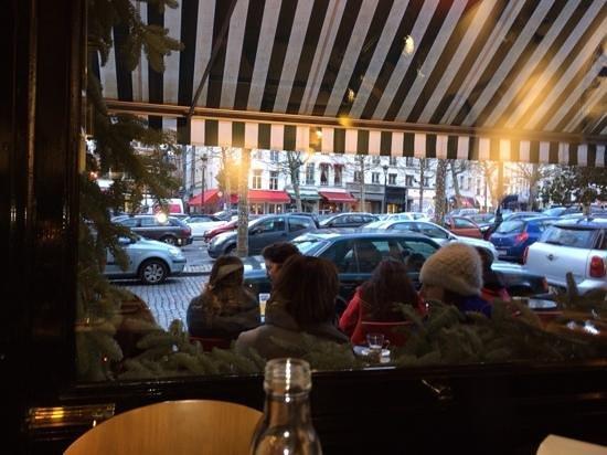 Au Vieux Saint Martin : Blick vom Tisch nach draußen auf den Platz Sablon