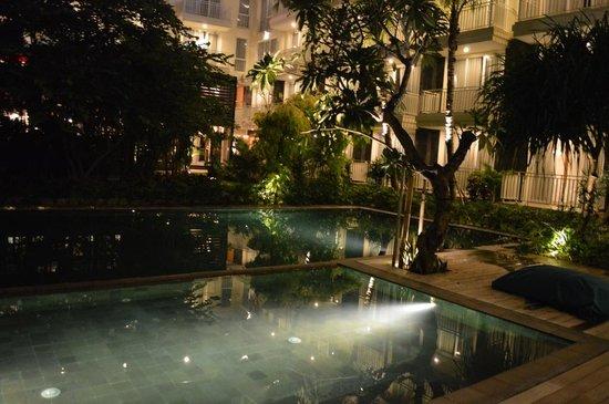 Fontana Hotel Bali: Pooside in Night