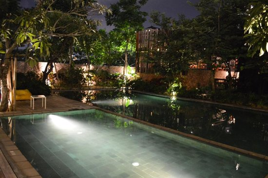 Fontana Hotel Bali: Poolside in night