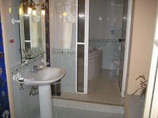 Hotel Conde de Villanueva: Bathroom