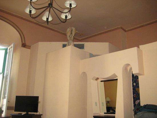 Hotel Conde de Villanueva: Builtup Bathroom in very spacious original palace room