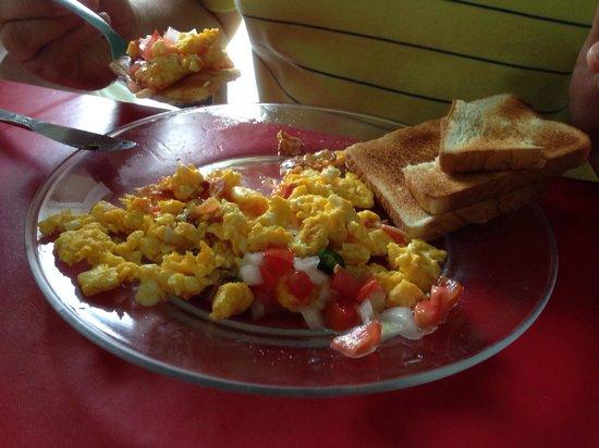 El Lobo: Huevo con tocino acompañado de salsa Mexicana.