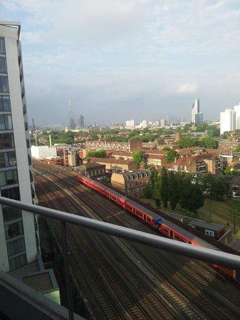 Park Plaza Riverbank London: Vista desde la habitación 1101 a los rieles del tren