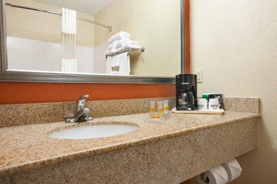 Days Inn & Suites Benton Harbor MI: Bathroom