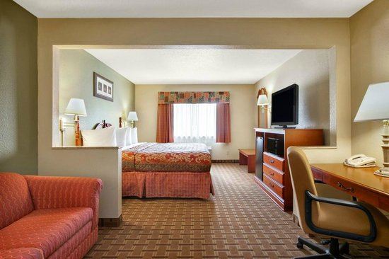 Days Inn & Suites Benton Harbor MI: King Suite