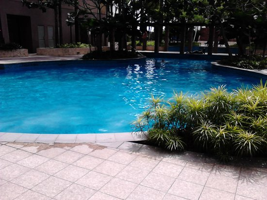 The Westin Kuala Lumpur: Pool: small, noisy, in the shadow and no sunbeds