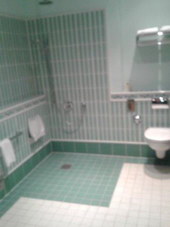 New Berlin: Bad mit barrierefreier Dusche, blick vom zimmer direkt aufs WC