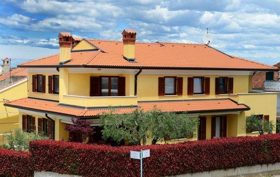 Apartments Nina: the house