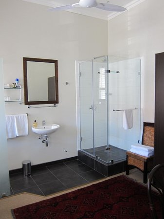 Underberg Guest House: Shower and dressing room
