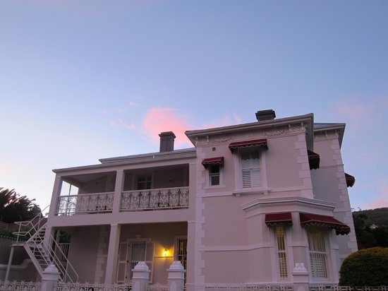 Underberg Guest House: Exterior at sunset