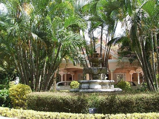 Coco Reef Tobago: Fountain in drive way circle in front of lobby