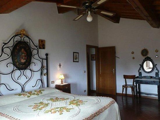 Grande camera con letto in ferro battuto dipinto - Foto di ...