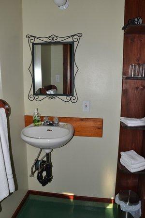 Auberge Saint-Mathieu du Lac: Il bagno ... un pò spartano, ma la posizione dell'albergo fa passare sopra a queste cose