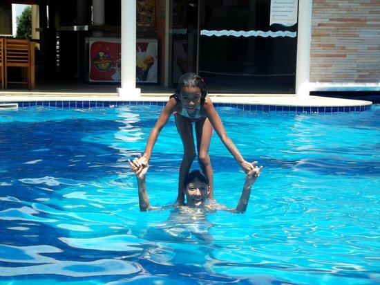 Hotel Aquaville: Meus filhos Joao e Sofia na piscina