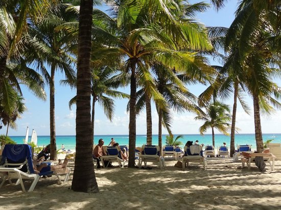 Hotel Riu Palace Riviera Maya : Shaded beach