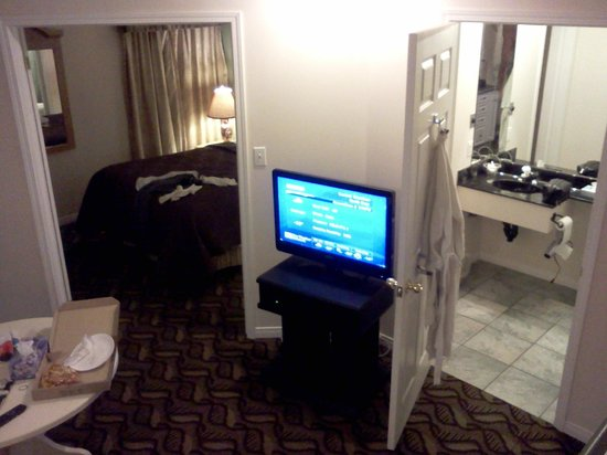 Lakeshore Suites: The room from the opposite side