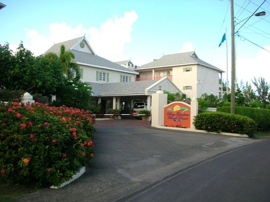 Bay Gardens Beach Resort : Entrance from road
