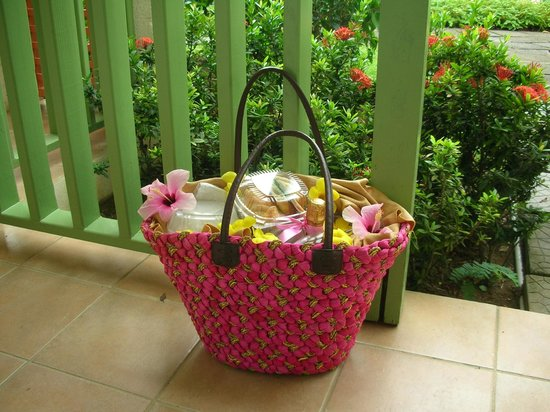 Bay Gardens Beach Resort: Or picnic bag!