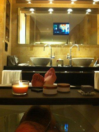 The Dolder Grand : relaxation dans la baignoire devant tv miroir