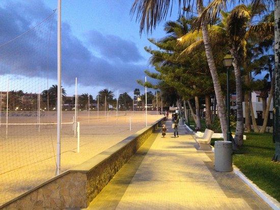 Barcelo Castillo Beach Resort : La promenade le long de la plage