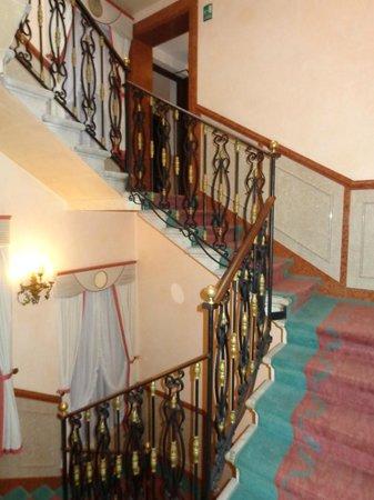 Kette Hotel : Escalera hacia las habitaciones