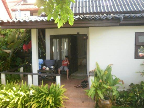 Baan Chaba Bungalows : entrée chambre