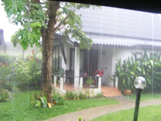 Baan Chaba Bungalows: chambre sous la pluie