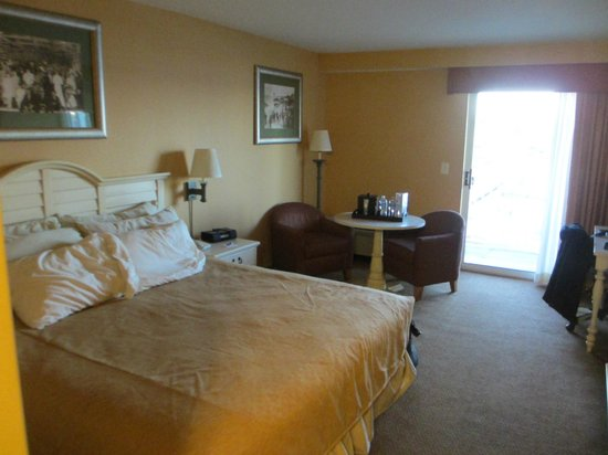 Chesapeake Beach Resort and Spa: King bed with table and two chair sitting area.