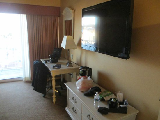 Chesapeake Beach Resort and Spa : Flat screen TV and work area.