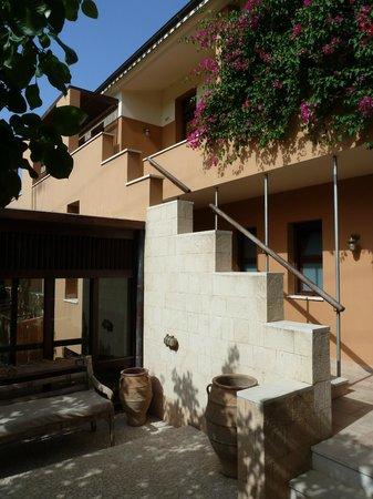Hotel Rastoni : Cour d'entrée sur l'hôtel et accès aux chambres