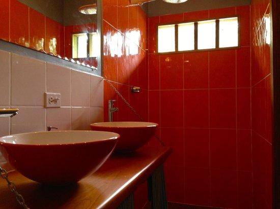 Panama's Paradise Saigoncito: very modern bath