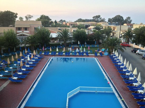 Alkyon Hotel: View from the room - pool closed after 7 p.m.