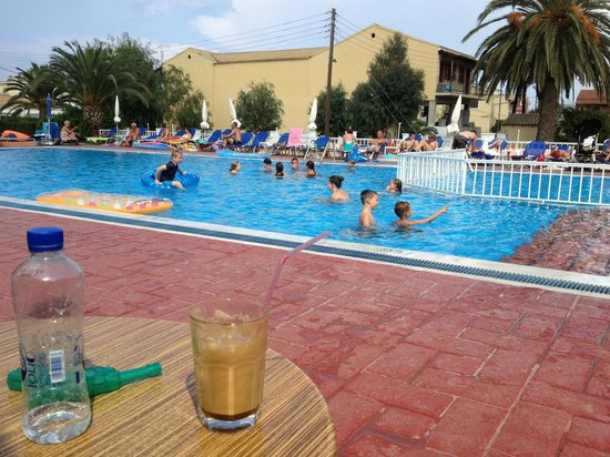 Alkyon Hotel: Kids swimming, parents drinking Frappé