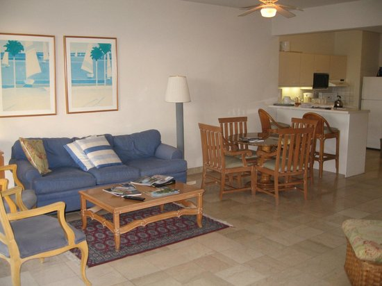 The Towers at Mullet Bay : Combo living, dining and kitchen